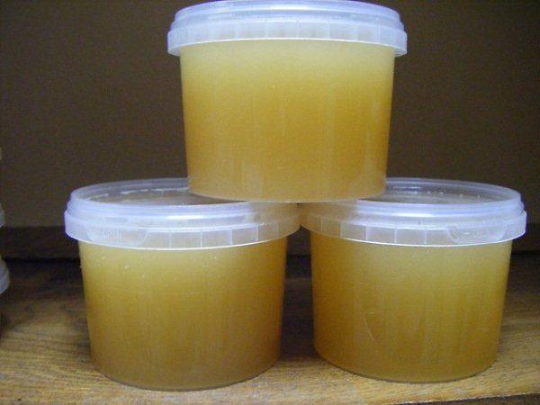 Miel dans des récipients en plastique