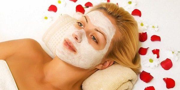 Masque blanchissant au miel sur le visage