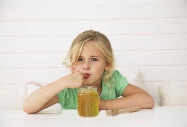 Fille mangeant du miel