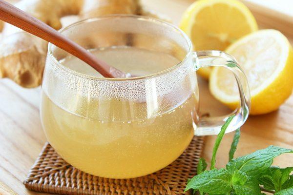 Eau tiède avec du miel et du citron pour le rhume.