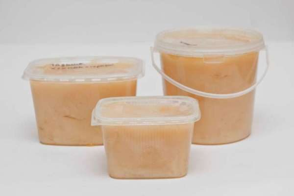 Miel de coton emballé dans des contenants en plastique